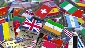 Imán del recuerdo o insignia con el texto de Ginebra y bandera nacional entre los diversos El viajar a Suiza conceptual almacen de metraje de vídeo