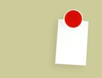 Imán rojo del refrigerador del primer con la nota en blanco sobre fondo amarillo Fotografía de archivo