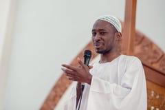 A imã do africano negro dos muçulmanos tem uma oração do discurso sexta-feira à tarde em uma mesquita imagem de stock