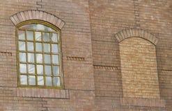 Im altem Stil Fenster auf Backsteinbau Stockfotografie