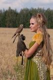 Im altem Stil Frau mit Falken an Hand Stockbild