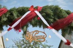 Im altem Stil rustikales Willkommensschild auf einem Tannenbaum-Grünhintergrund lizenzfreies stockbild