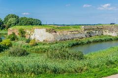 Im altem Stil Steinwand in der Seelandschaft Stockfotos