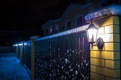Im altem Stil Straßenlaterne mit fallendem Schnee stockfotografie