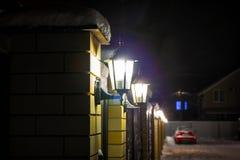 Im altem Stil Straßenlaterne mit fallendem Schnee stockbild