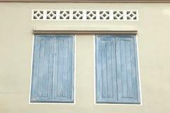 Im altem Stil vom Weinleseweiß gemalt auf hölzernem Fenster Stockbild