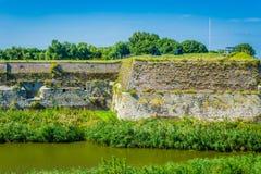 Im altem Stil Wand in der Flusslandschaft Stockfoto