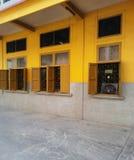 Im altem Stil Wand des vegetarischen Hauses und hölzerne Fenster Stockbilder