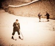 Im alten Stil Skifahrenleistung in Slowenien Stockbilder