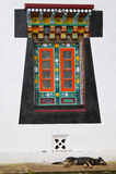 Im alten Stil tibetanisches Fenster und Schlafenhund Stockfotos