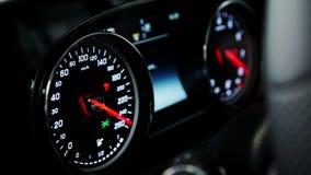 Im Auto auf dem Instrumentenbrett zeigt die Betriebsfähigkeit aller Systeme stock footage