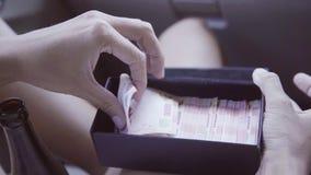 Im Auto nimmt kaukasische Frau Banknote vom Flugschreiber mit ausländischer Währung heraus stock video