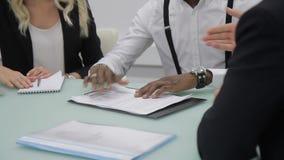 Im Büro bei der Sitzung von Afrogeschäftsmännern ist ein Händedruck und eine Vereinbarung mit Vertrag stock video footage