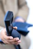 Im Büro einen Telefonaufruf bildend Stockfotos