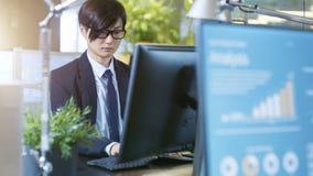 Im Büro-Geschäftsmann und in der Geschäftsfrau Sitting Opposite zu stockfotografie