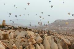 Im Ballon aufsteigen bei Cappadocia Bunte Heißluft-Ballone im Himmel lizenzfreies stockbild