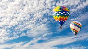 Im Ballon aufsteigen in den Wolken Unvergessliches Gefühl der Freiheit Arti lizenzfreie stockfotos