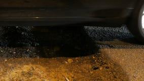 Im Bau Abschluss oben eines Autos drehen herein den Bereich, der vom Asphalt abgeschnitten wird stock footage