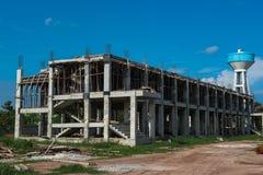 Im Bau errichten und blauer Himmel der Wolke, Hintergrund Lizenzfreie Stockbilder