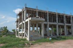 Im Bau errichten und blauer Himmel der Wolke, Hintergrund Stockfotografie