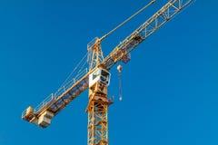 Im Bau errichten und Kran Lizenzfreie Stockbilder
