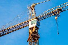 Im Bau errichten und Kran Lizenzfreie Stockfotos