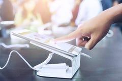 Im beweglichen Shop nimmt der Kunde auf der digitalen Tablette des Schirmes, stan lizenzfreie stockfotografie