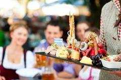 Im Biergarten - Bier und Imbisse Lizenzfreie Stockbilder