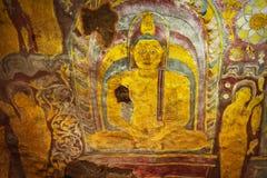 Im Dambulla-Höhlentempel Altes schäbiges Bild von einem Buddha auf Lizenzfreie Stockbilder