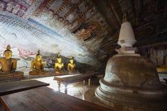 Im Dambulla-Höhlentempel Gelbe Statuen von Buddha Lizenzfreies Stockbild
