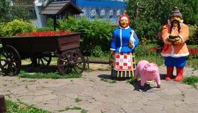 Im Dorf im Urlaub mit Großeltern Stockbilder