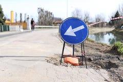 Im Entstehen befindliches Werkzeichen Geschlossene Straße, Arbeit über Reparaturwartung stockbild