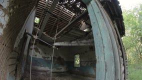 Im Fenster des alten zerstörten verlassenen Holzhauses in der Landschaft stock video