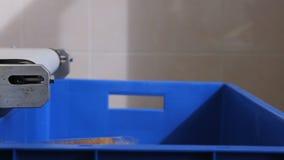 Im Flughafen fällt das Brot unten von der Maschine zum Kasten stock video