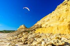 Im freien Fall springen über Hafen Willunga-Strand Lizenzfreie Stockfotografie