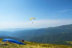 Im freien Fall springen des Fliegens über die Berge Fallschirmextremsport Stockbild