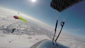Im freien Fall springen des Videos Winterim freien fall springen stock footage