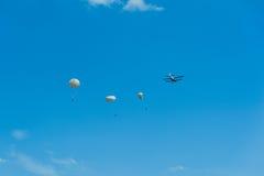 Im freien Fall springen mit Doppeldeckerflugzeugfliegen-Vereinlehrer stockbilder