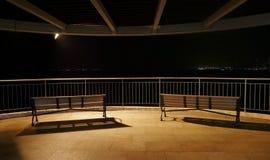 Im Freien, hölzerner Strand der Möbel im Park nachts Stockfoto