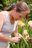 Im Freien nahe Blumen der Frau der Blende Lizenzfreies Stockbild