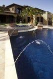 Im Freien Swimmingpool der fallenden Flanke moderne Villen Lizenzfreie Stockfotografie