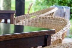 Im Freien Tabelle und Stühle Stockfotografie