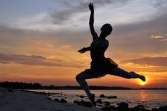 Im Freienballett durch den Sonnenuntergang Stockfotografie
