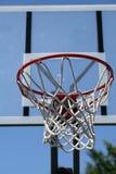 Im Freienbasketballband mit Netz und Rückenbrett lizenzfreie stockfotografie
