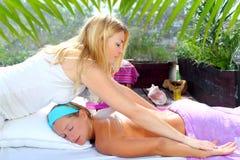 Im Freiendschungel der Chiropraktikmassage-Therapie Stockfotografie