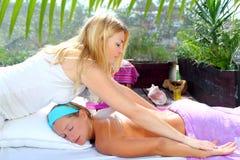 Im Freiendschungel der Chiropraktikmassage-Therapie Stockbilder