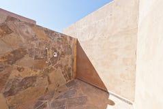Im Freiendusche mit Adobe-Wänden in der Atacama Wüste Stockfoto