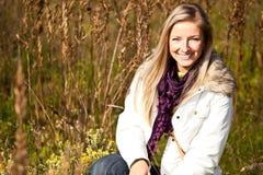 Im Freienfall Tim der kaukasischen jungen erwachsenen blonden Frau Stockfoto