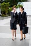 Im Freiengeschäftsfrauen Stockfotos