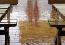 Im Freienkaffee an einem regnerischen Tag Stockbilder